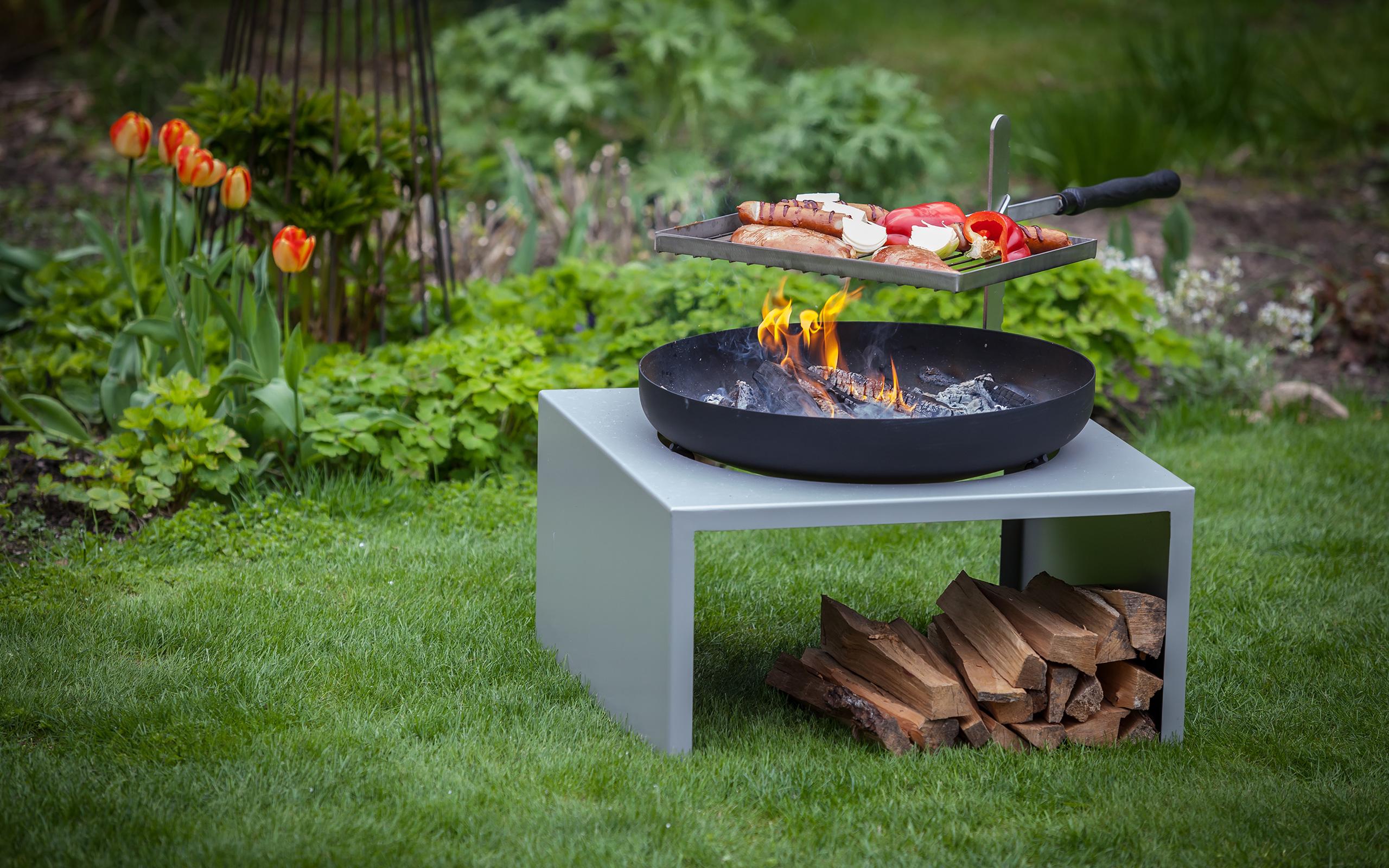 Grillieren auf der Feuerschale Moderne