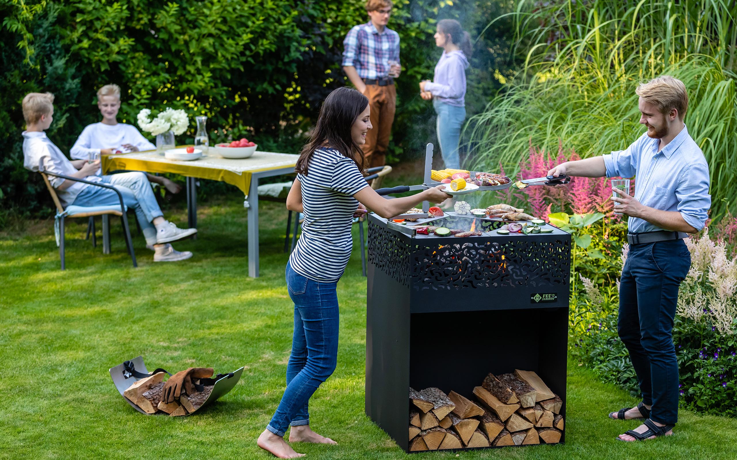 Grillieren mit Freunden im Garten - Feu du Jardin Feuerschalen