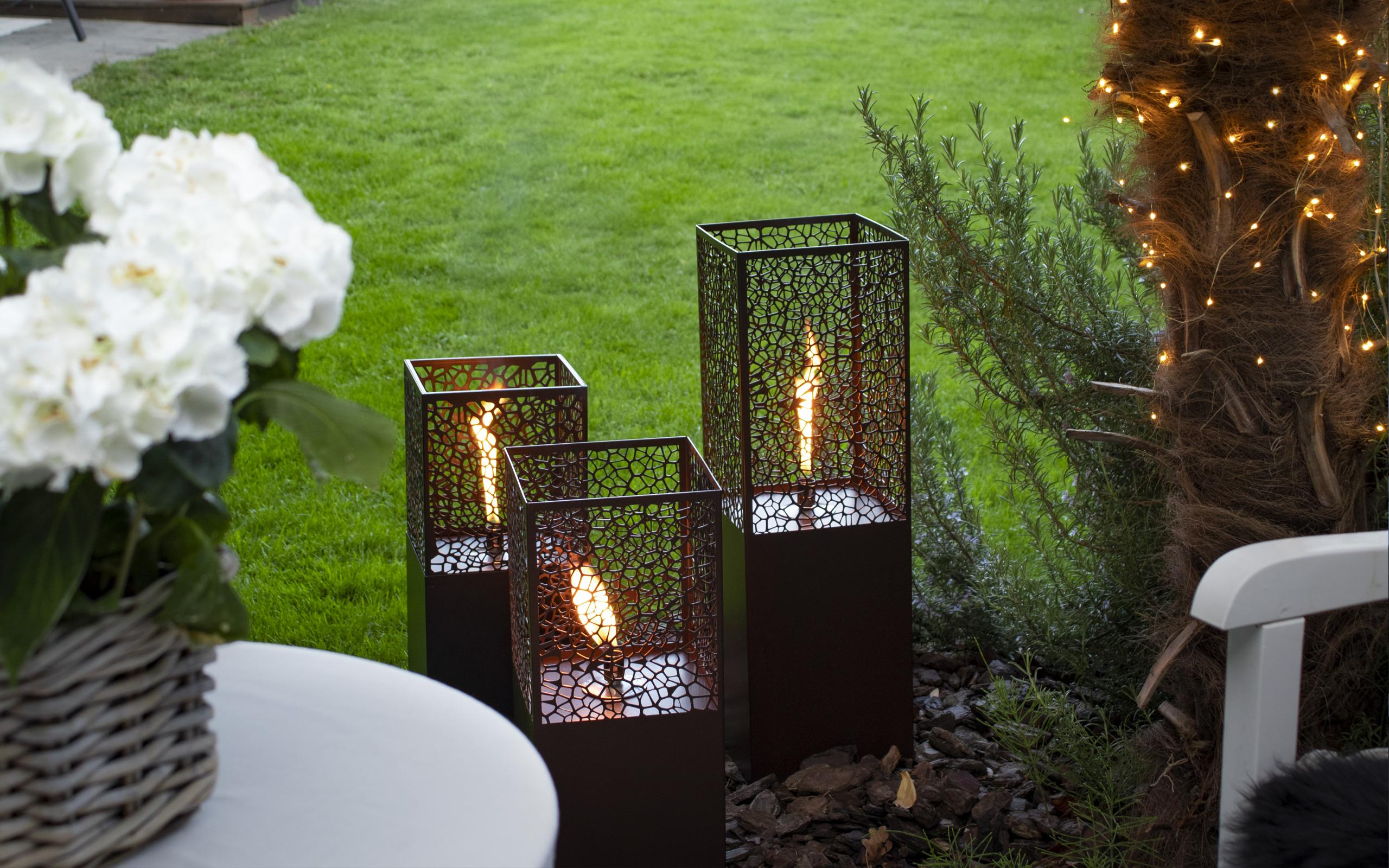 Abendstimmung im Garten mit passenden Oellampen