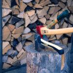 Holz spalten für die Feuerschale - Feu du Jardin
