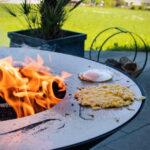 Rösti, Spiegelei auf der Planchaplatte grillieren - Feu du Jardin