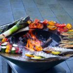 Fisch grillieren auf der Feuerschale