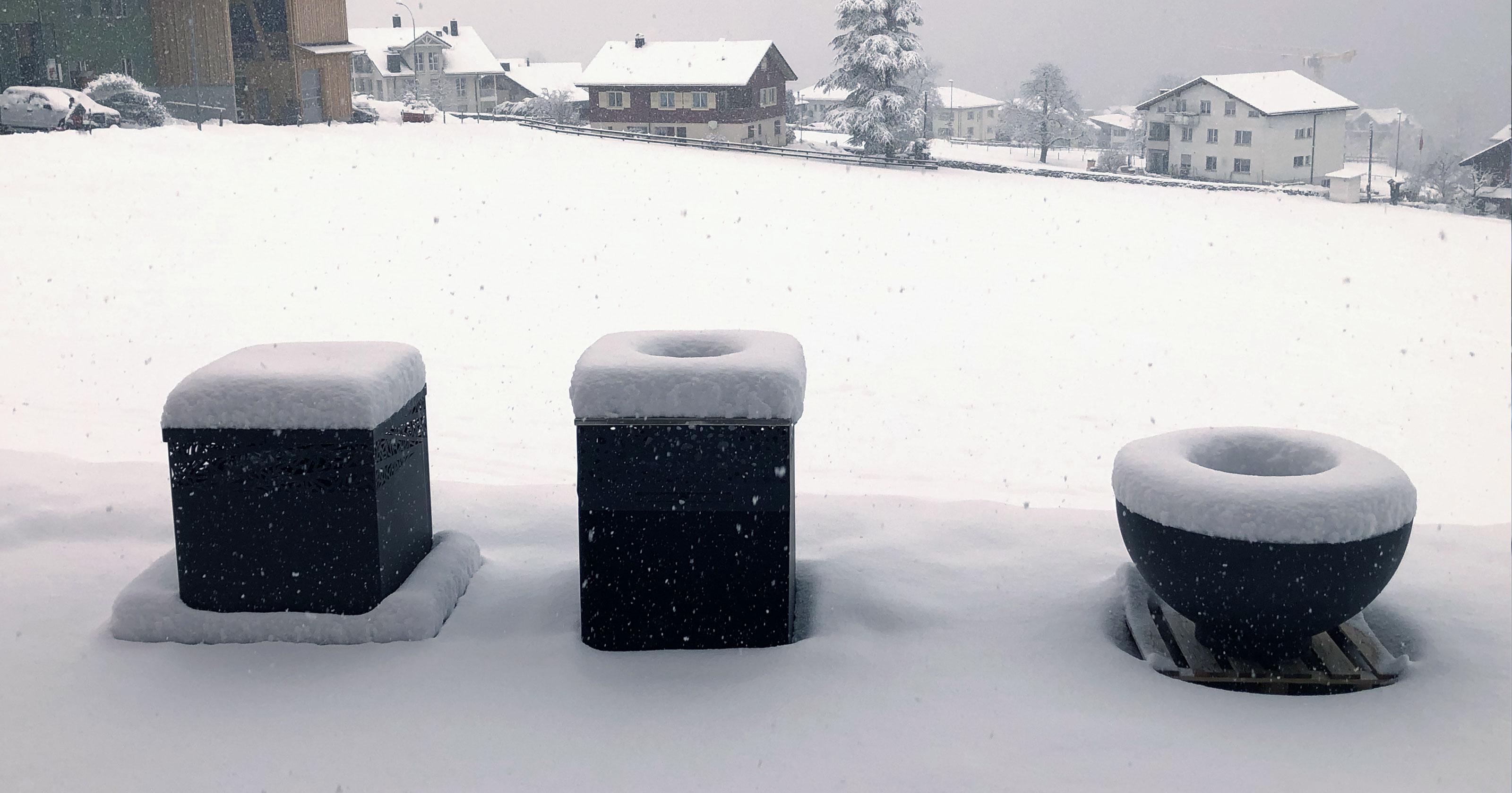Feuerschalen im Schnee versunken